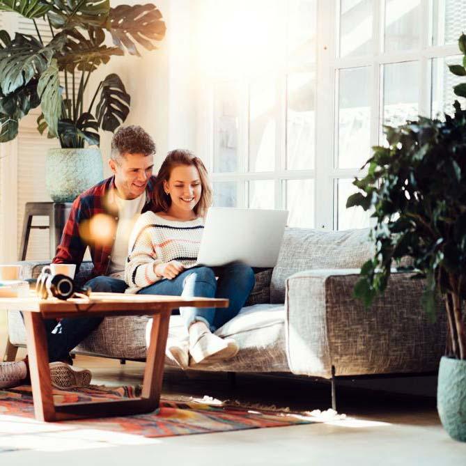 coppia che fa consulenza di progettazione online