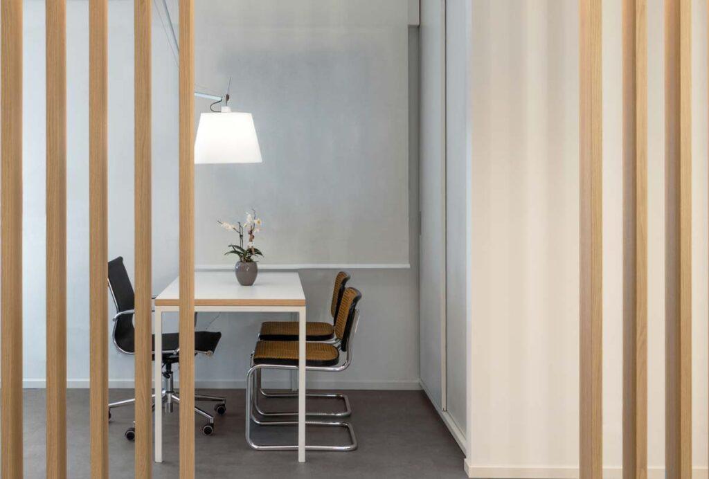 tavolo con sedue e lampada a sospensione