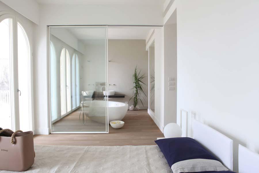 bagno in camera con vetrata
