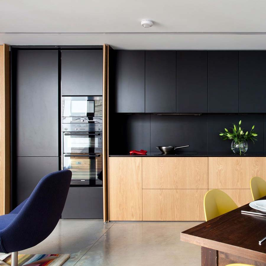 Cucina nera e legno moderna
