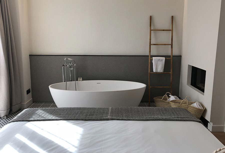 camera da letto con la vasca