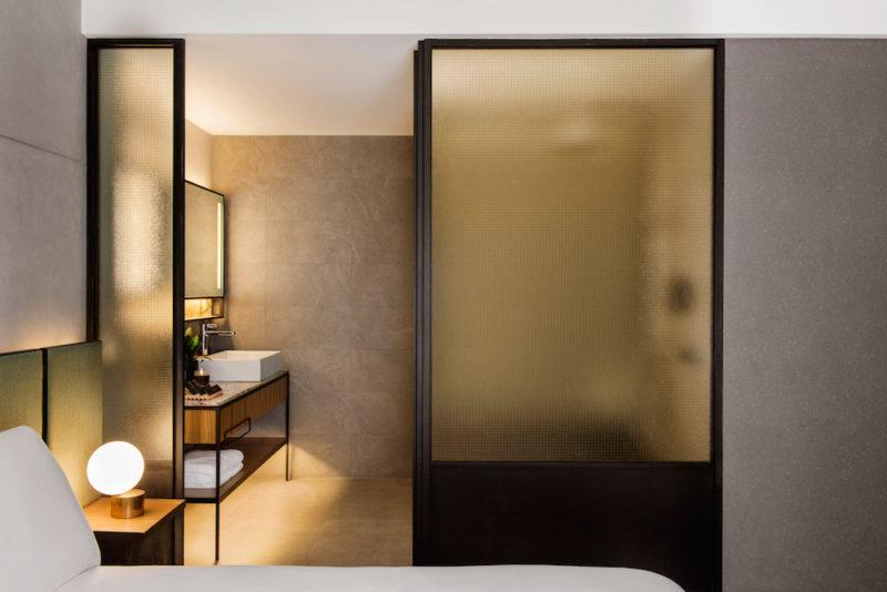 bagno in camera con il vetro